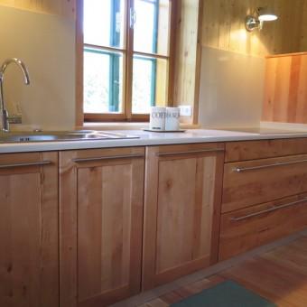 Cucina in legno di pero e top in resina di quarzo