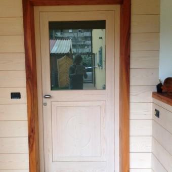 portoncino d'ingresso in abete sbiancato su parete ventilata in dogato di abete