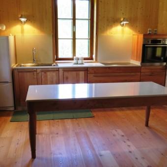 Cucina in legno di pero con tavolo top  in resina di quarzo