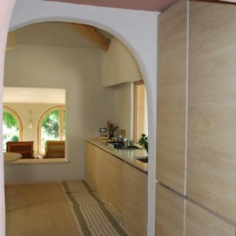 Cucina in rovere sbiancato con top in pietra
