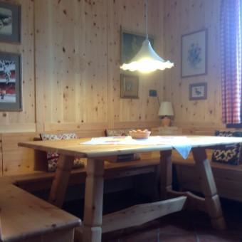 Tavolo panche e rivestimento parete in pino cembro