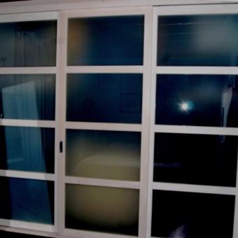armadiatura con ante scorrevoli formelle in vetro legno tiglio sbiancato