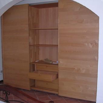 armadio con ante scorrevoli in ciliegio inserito in una nicchia