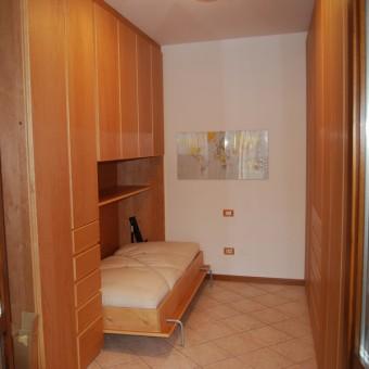 stanza armadi in legno di ontano co letto ribalta