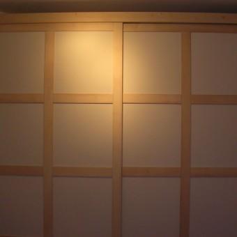 armadio con ante scorrevoli con formelle rivestite in carta