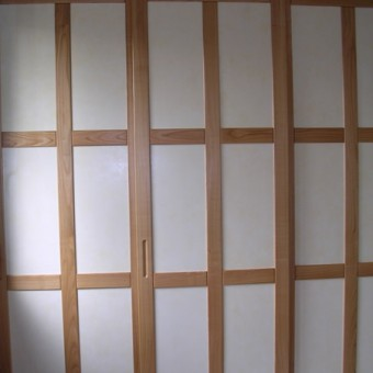 armadio in ciligio nazionale con ante scorrevoli e formelle