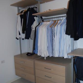 cabina armadio con montanti in alluminio e mobili in rovere sbiancato