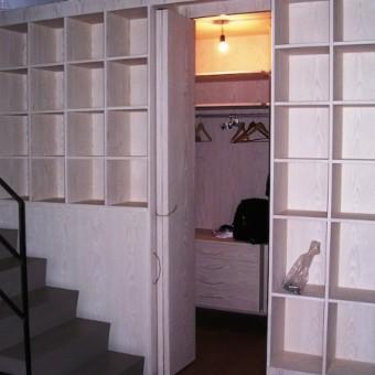 cabina armadio con libreria esterna in abete listellare sbiancato